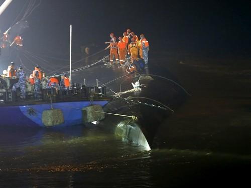 Nhân viên cứu hộ tìm kiếm người sống sót tại hiện trường tối 2/6. Ảnh: Reuters.