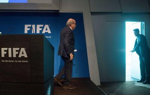 Blatter ra về sau tuyên bố từ chức, phát đi từ trụ sở FIFA ở Zurich. Ảnh:AFP.
