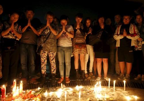 Người thân cầu nguyện tại một quảng trường ở huyện Giám Lợi. Ảnh: Reuters