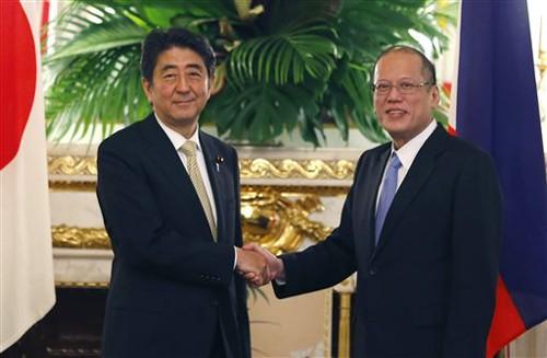 Thủ tướng Nhật Bản (trái) và Tổng thống Philippines Benigno Aquino trước cuộc hội đàm ngày 4/6 ở Tokyo. Ảnh: AP
