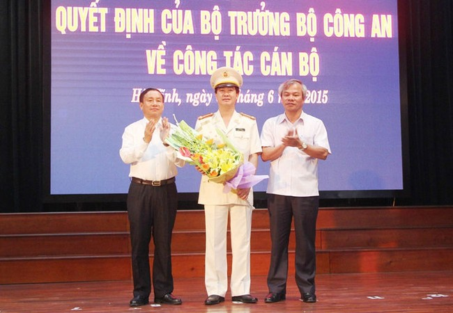 Tân Giám đốc Công an tỉnh Hà Tĩnh Đại tá Lê Văn Sao nhận hoa chúc mừng từ lãnh đạo tỉnh.