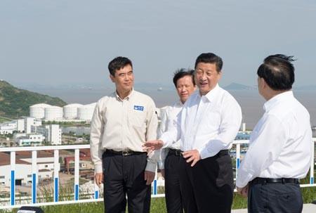 Chủ tịch Tập Cận Bình kiểm tra kho chứa dầu tại Aoshan, một phần của chương trình thanh tra ba ngày tại tỉnh Chiết Giang từ tháng 25-27. (Photo / Xinhua)