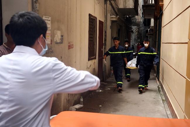 6h sáng nay, 5 xe cứu thương có mặt tại hiện trường để đưa những nạn nhân tử vong do hoả hoạn trong ngôi nhà 3 tầng ra ngoài. Ngôi nhà gặp nạn nằm cuối một con ngách trong ngõ 190, đường Hoàng Mai (Hà Nội).
