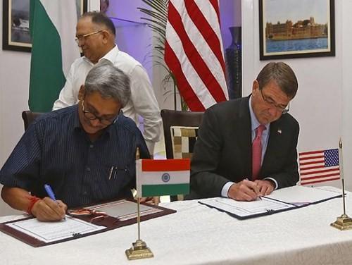 Hai bộ trưởng Manohar Parrikar và Ashton Carter ký kết thỏa thuận hợp tác quốc phòng