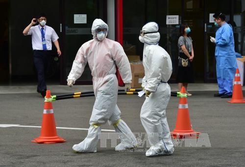 Nhân viên y tế Hàn Quốc làm nhiệm vụ tại thủ đô Seoul. Ảnh: AFP/TTXVN