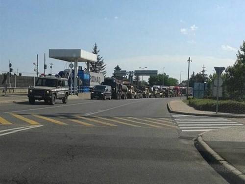 Đoàn xe quân sự tập trung tại biên giới Hungary, trước khi vào lãnh thổ Ukraine