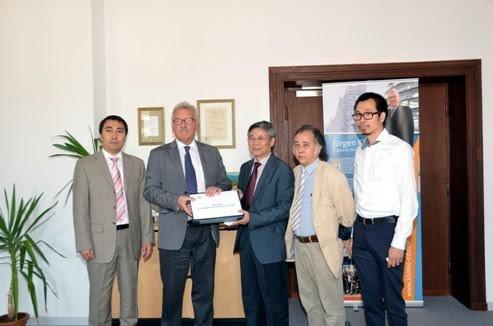 Đoàn Liên hiệp người Việt toàn LB Đức trao Thư ngỏ của cộng đồng phản đối các hành động của Trung Quốc trên Biển Đông. Ảnh: Nguyên Đức