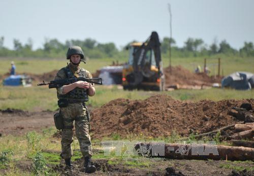 Binh sĩ Ukraine đào hào tại khu vực xung đột gần Artemivsk thuộc Donetsk. Ảnh: AFP/TTXVN