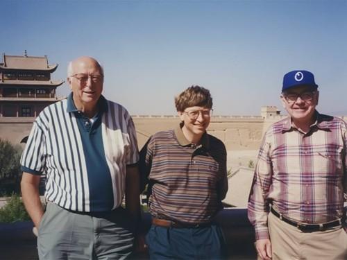 Bill Gates, cha ông và Warren Buffett trong một chuyến du lịch Trung Quốc. Ảnh: Gates Notes