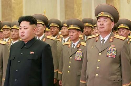 Lãnh đạo Triều Tiên Kim Jong-un (trái) và Bộ trưởng Quốc phòng Hyon Yong-chol tại một sự kiện hôm 16/2 ở Bình Nhưỡng. Ảnh: CFP