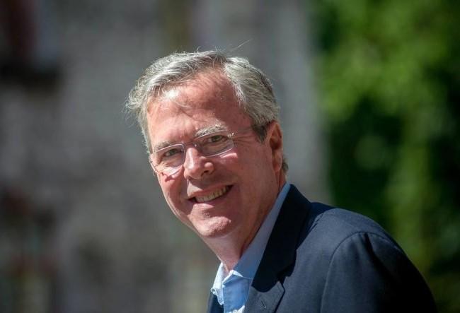 Ông Jeb Bush có cha và anh trai đều từng là tổng thống - Ảnh: WSJ