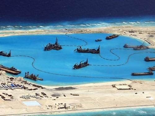 Những hình ảnh chụp từ trên không cho thấy Trung Quốc đang ráo riết cải tạo một bãi ngầm ở Biển Đông thành đảo nổi nhân tạo