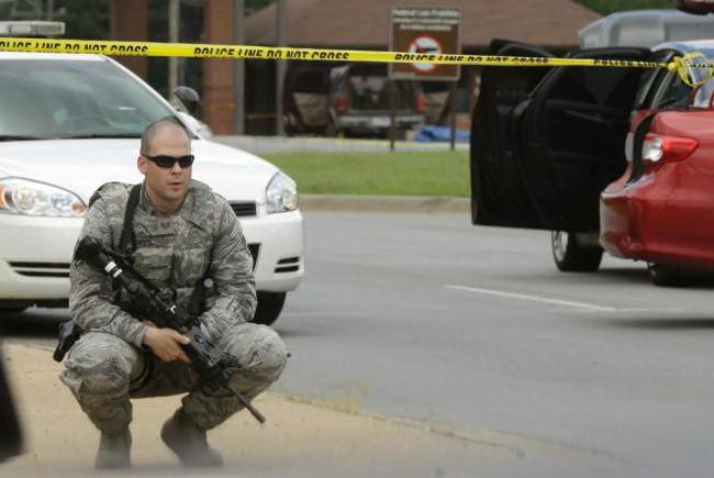 Một thành viên của lực lượng Không quân tại căn cứ Little Rock đang làm nhiệm vụ canh gác Ảnh: AP