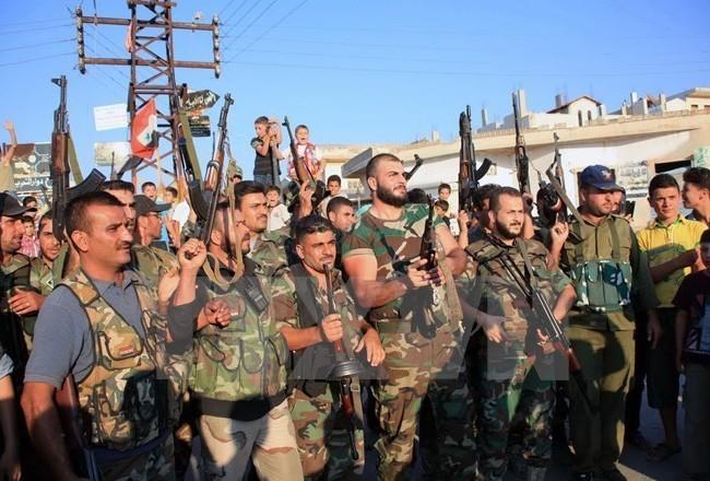Binh sỹ quân đội Syria sau khi giành lại quyền kiểm soát ngôi làng Tayyibat, tỉnh Hama. (Nguồn: AFP/TTXVN)