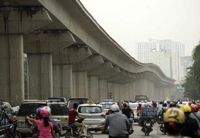 Hiện tượng uốn lượn mấp mô của tuyến đường sắt đô thị Cát Linh - Hà Đông khiến người dân băn khoăn. (Ảnh: Hữu Nghị)