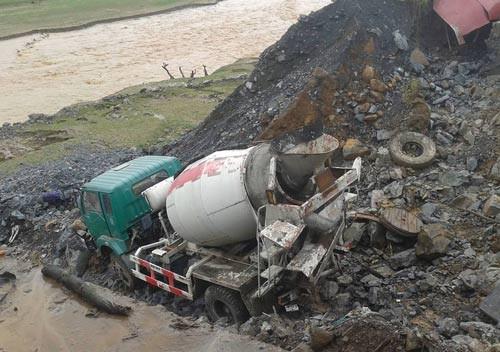 Tại công trình thủy điện Huội Quảng, huyện Mường La, lũ quét khiến nhiều phương tiện hư hỏng. Ảnh: Tài Duy.