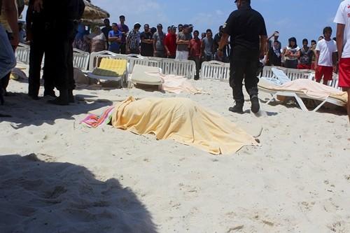 Thi thể một du khách thiệt mạng trong vụ tấn công khủng bố ở Tunisia hôm qua. Ảnh: Reuters.
