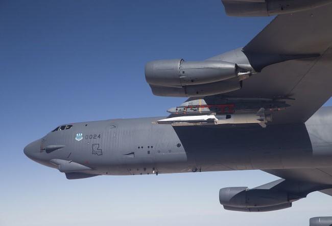 Mẫu máy bay WaveRider được gắn vào một tên lửa dưới cánh máy bay B-52 trong một chuyến bay thử nghiệm - Ảnh: IB Times