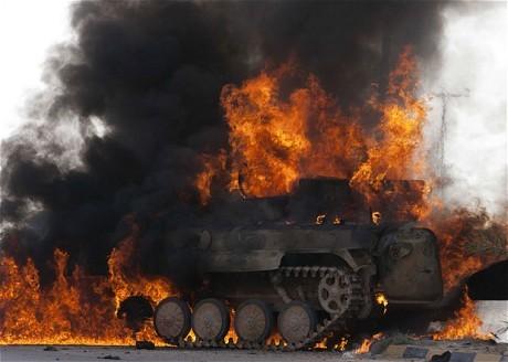 Xe tăng IS dính tên lửa của dân quân người Kurd, phụt lửa bốc cháy