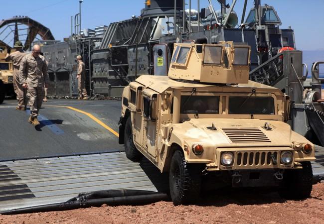 Xe Humvess đổ bộ từ tàu đệm khí Mỹ