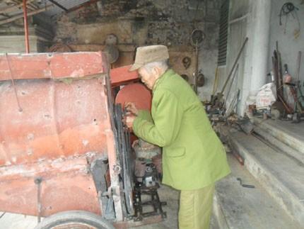 Kỳ lạ máy tách hạt ngô của cụ ông 90 tuổi