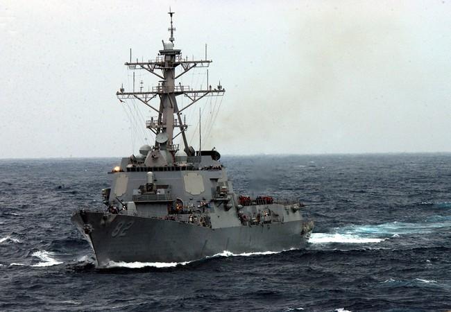 """Clip: Khu trục hạm USS Lassen """"dạo chơi"""" trên biển Đông"""