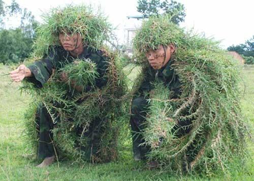 Đặc công Việt Nam luyện tập ngụy trang chiến đấu