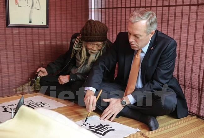 Đại sứ Mỹ vào vai 'ông đồ' viết thư pháp