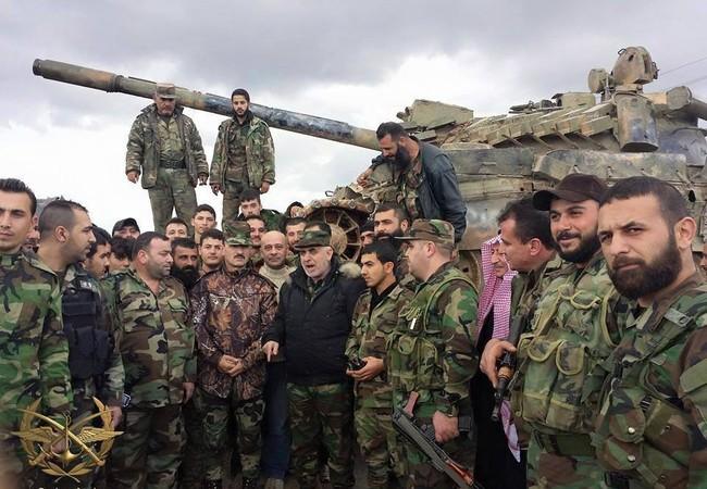 Thiếu tướng Jameel al-Hassan, tư lệnh lực lượng trinh sát đường không và thiếu tướng Souhail al-Hassan tư lệnh lực lượng Tigers với các binh sĩ