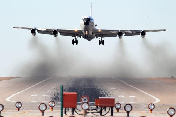 Mỹ phản ứng vụ đánh chặn RC – 135 của J-10 Trung Quốc trên Biển Đông