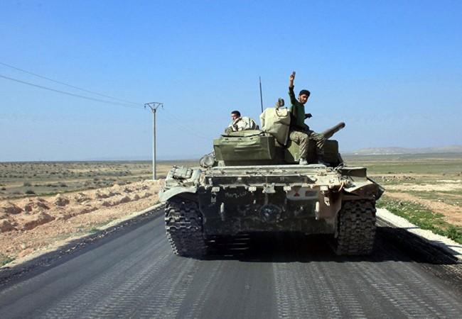 Xe tăng T-72 quân đội Syria trên đường tiến về Raqqa