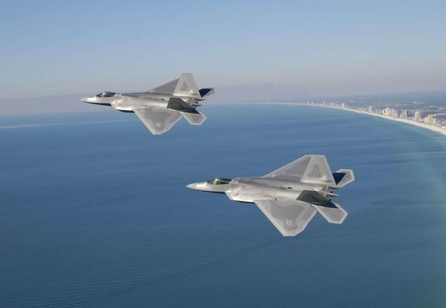 Máy bay F-22 Raptor Mỹ bay trên biển