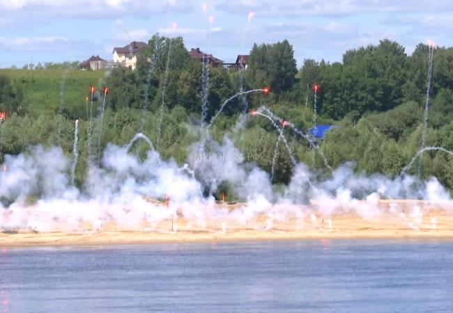 Công binh Nga tạo màn kCông binh Nga ra phá mìn chuẩn bị vượt sông Oka