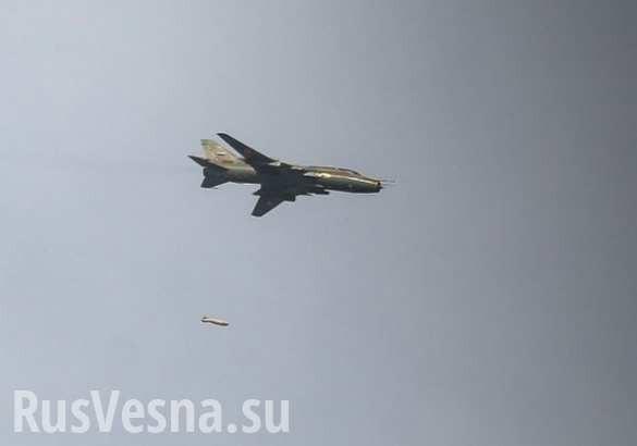 Máy bay chiến đấu không quân Syria ném bom