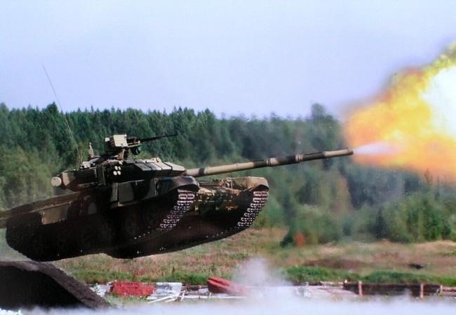 xe tăng T-90 khai hỏa khi vượt vật cản