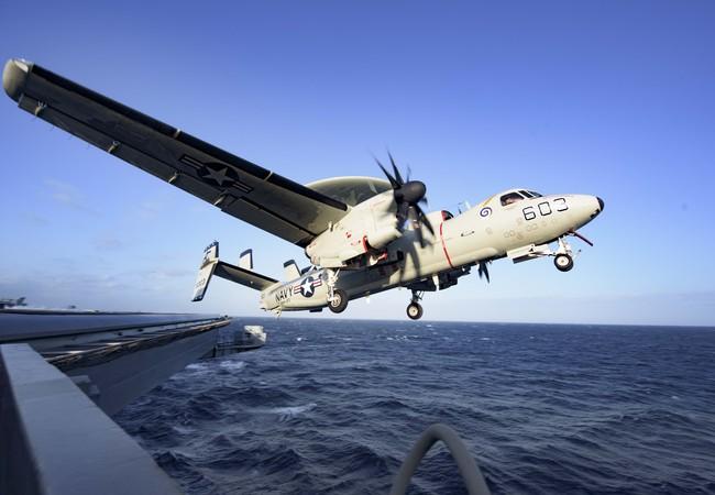 Máy bay E-2C Hawkeye cất cánh trên tàu sân bay Dwight Eisenhower