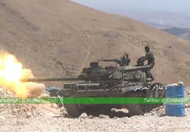 Xe tăng quân đội Syria tấn công các mục tiêu của lực lượng Hồi giáo cực đoan trên biên giới Syria - Lebanon