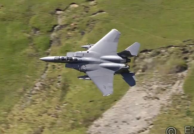 Máy bay chiến đấu F-15 chế độ bay thấp