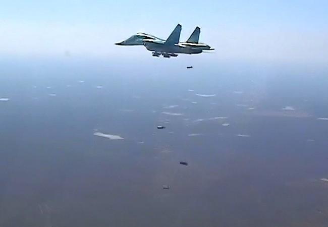 Máy bay ném bom Su-34 không kích trên không phận Deir Ezzor