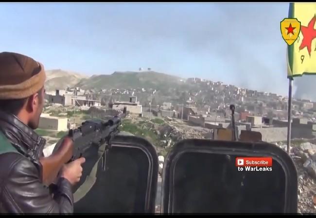 Một chiến binh cảnh sát người Kurd Asayish đang chiến đấu chống lại lực lương vũ trang địa phương NDF Syria