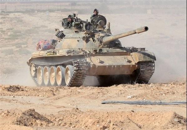 Xe tăng quân đội Syria tấn công IS trên sa mạc tỉnh Homs