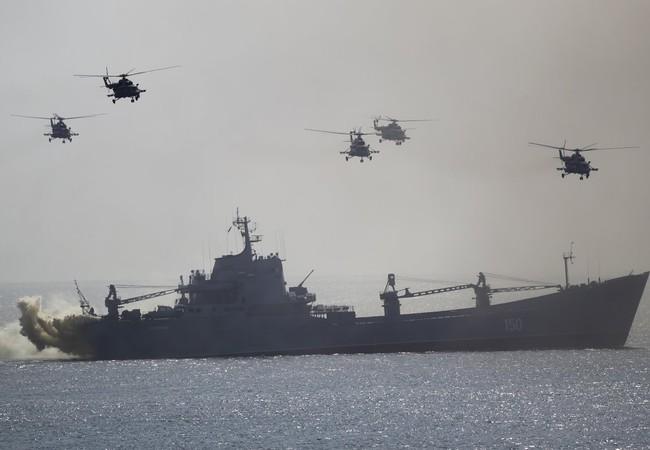 Chiến hạm và máy bay trực thăng chiến đấu đổ bộ trên bờ biển Crimea