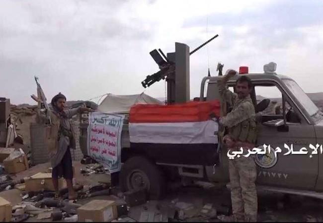 Chiến binh Houthi bên xe chiến lợi phẩm