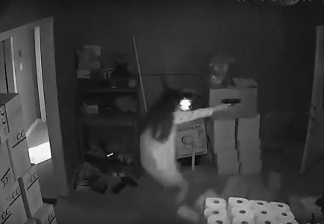 Người phụ nữ bắn liên tiếp vào những tên cướp Alanta