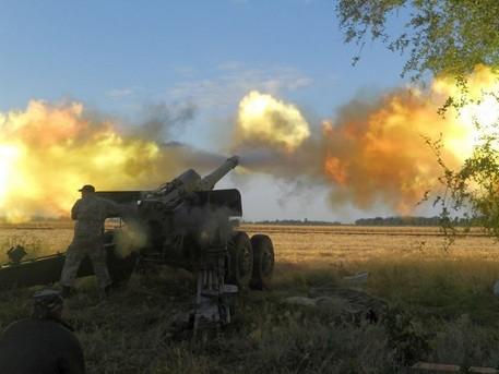 Lực lượng pháo binh quân đội Ukraine pháo kích vào Donetsk