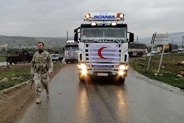 Đoàn xe vận tải hàng hóa nhân đạo của lực lượng Trăng lưỡi liềm đỏ Syria trên đường tiến vào miền Đông Aleppo