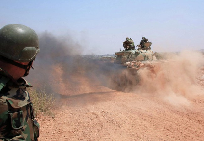 Xe tăng quân đội Syria tấn công ở Aleppo