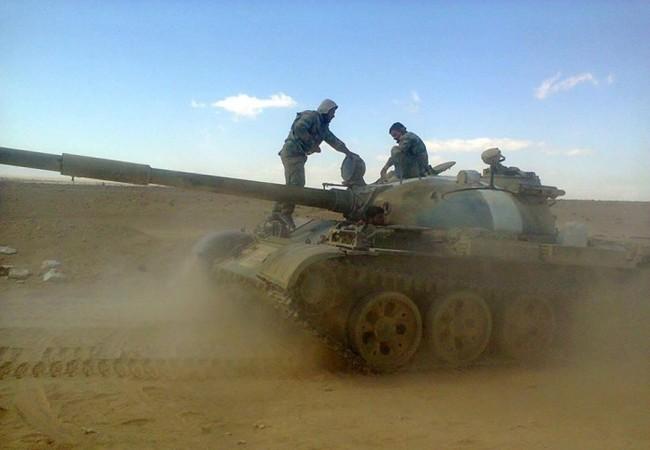 Xe tăng quân đội Syria trên chiến trường miền Bắc Hama