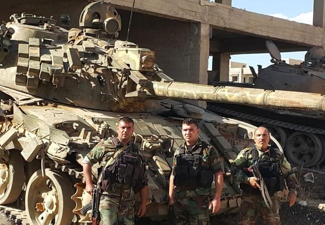 Binh sĩ và xe tăng quân đội Syria trên cao nguyên Golan