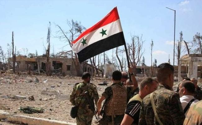 Binh sĩ quân đội Syria tiến vào ngôi làng vừa giải phóng